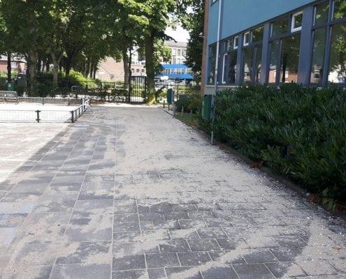 Opnieuw bestraten van een schoolplein in Rotterdam